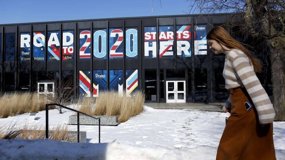 En kvinna går förbi en lokal i Des Moines, Iowa, där nomineringsmöten hålls