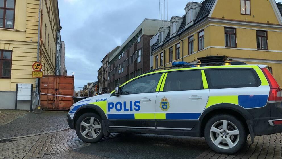 Polisbil framför gult hus i Kristianstad