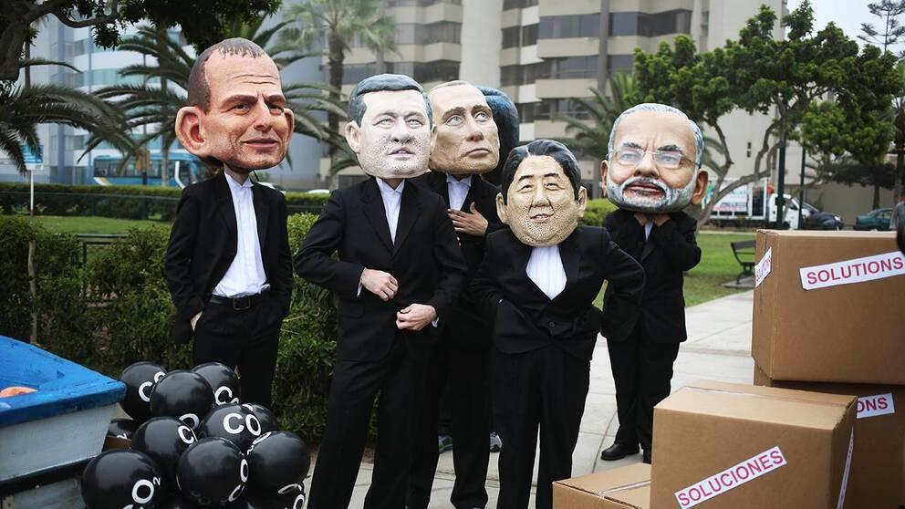 Aktivister med masker demonstrerar.