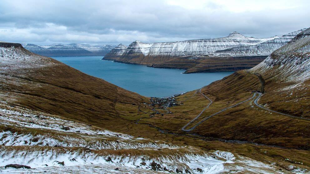 Föröarna tvingas välja mellan att säga ja till Huawei eller förlora ett frihandelsavtal med Kina.