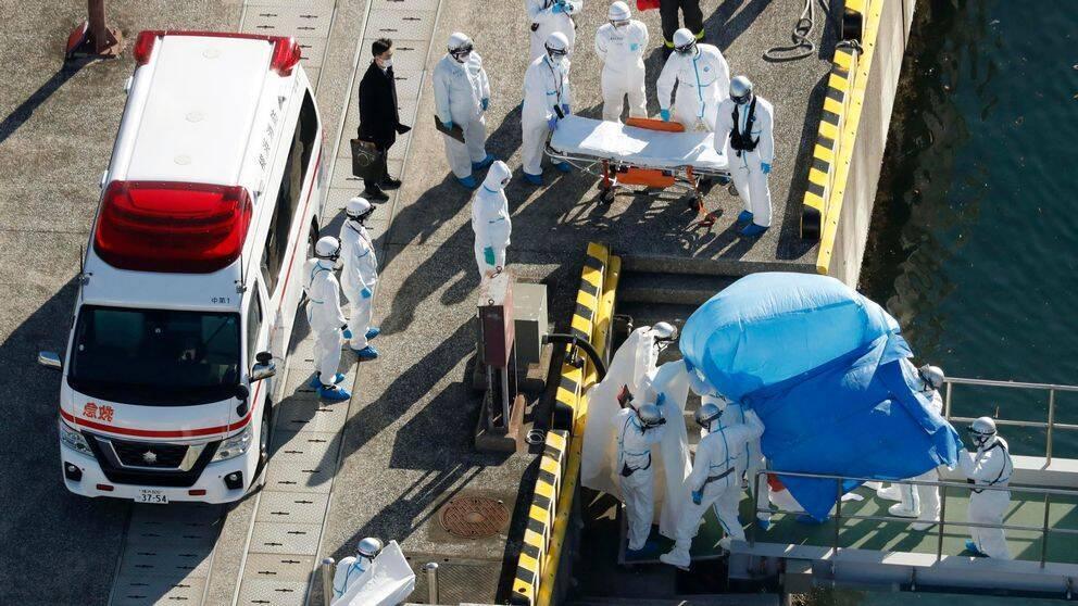 Kryssningsfartyg sätts i karantän utanför Japan | SVT Nyheter