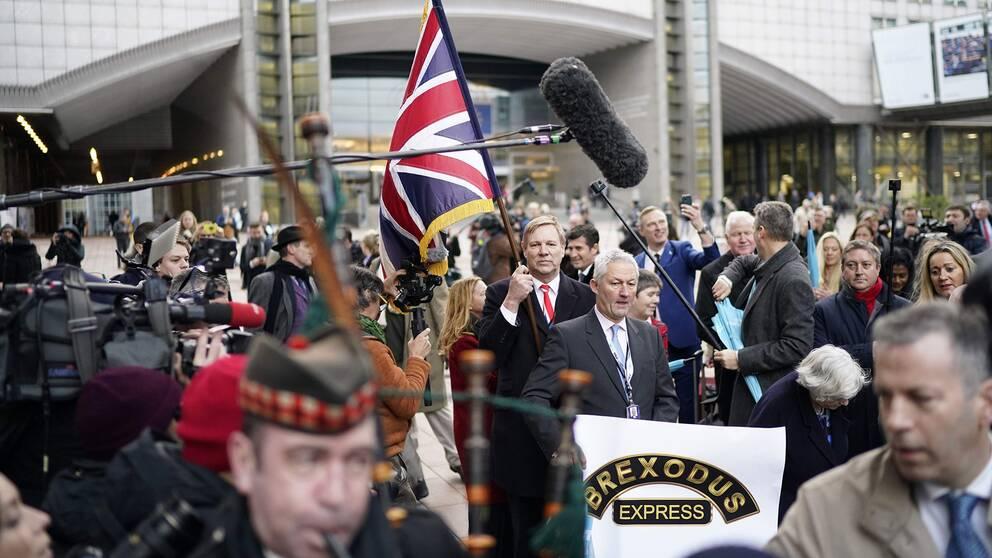 Brittiska EU-parlamentariker tågar ut med Union jack och säckpipa från parlamentet i Bryssel den 31 januari, samma dag som landet lämnade EU.