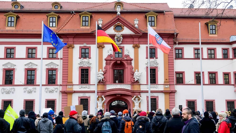 Demonstranter utanför Thüringens Landtag i Erfurt.