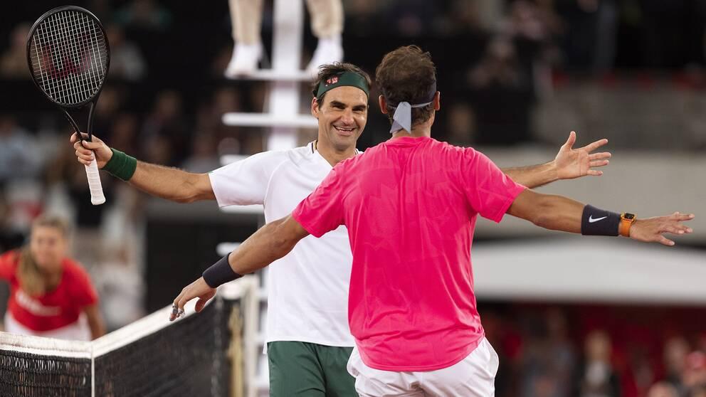 Roger Federer och Rafael Nadal omfamnar varandra efter uppvisningsmötet i Kapstaden.