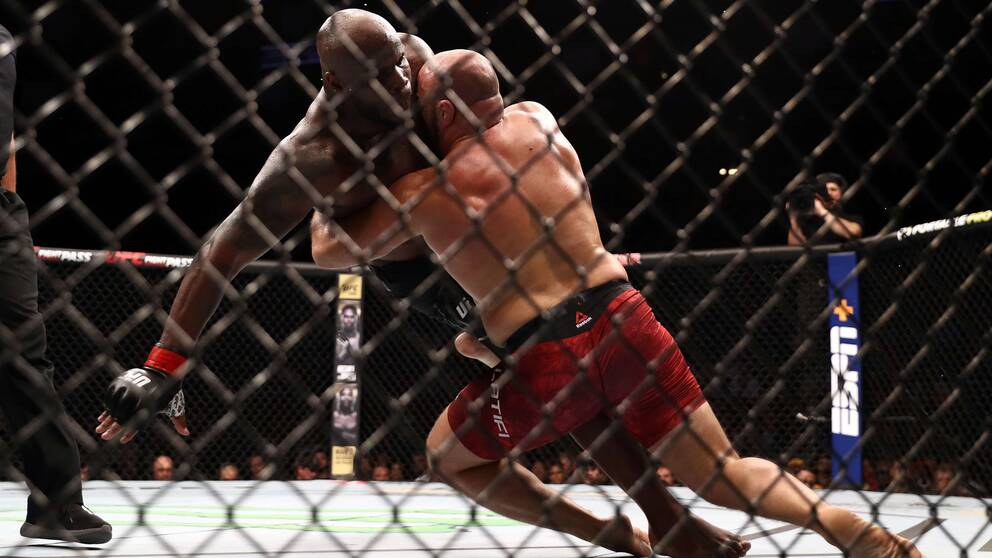 Latifis matchplan var att brotta ner den större och tyngre Lewis.