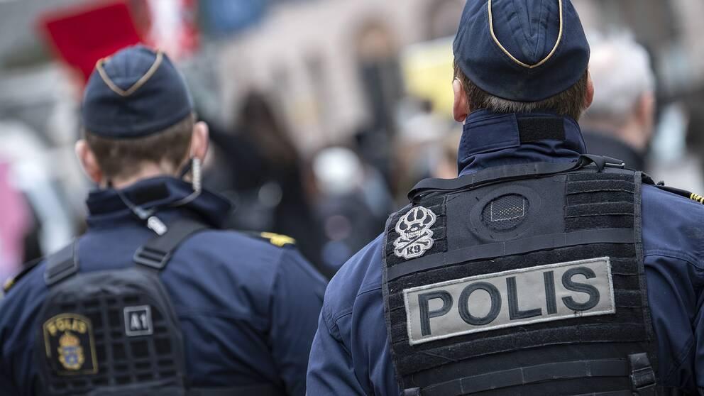 Två poliser.