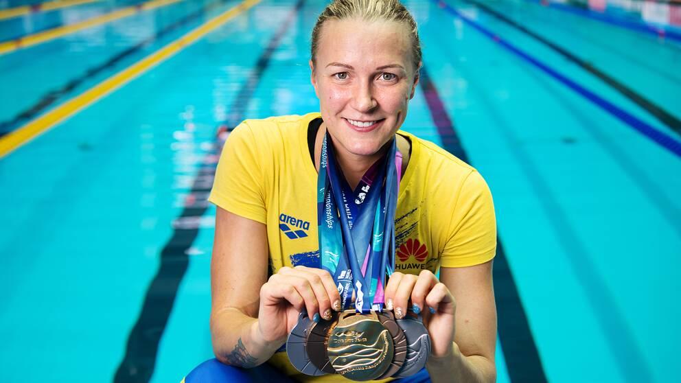 Sarah Sjöström visar upp sina fem VM-medaljer från Gwangju i Sydkorea.