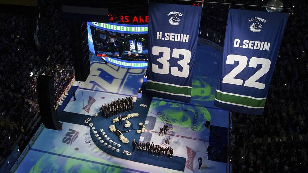 Daniel Sedin och Henrik Sedin får sina tröjnummer hissade i taket på Rogers Arena i Vancouver.