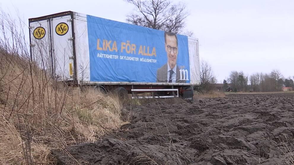 Trailern invid väg 288 där partiledare Ulf Kristersson blickar ut, saknar tillstånd.