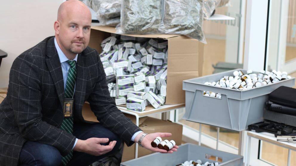 Oscar Lindvall, chef för Tullverket i Region Syd, visar en bråkdel av de beslag som gjorts i Skåne under 2019.