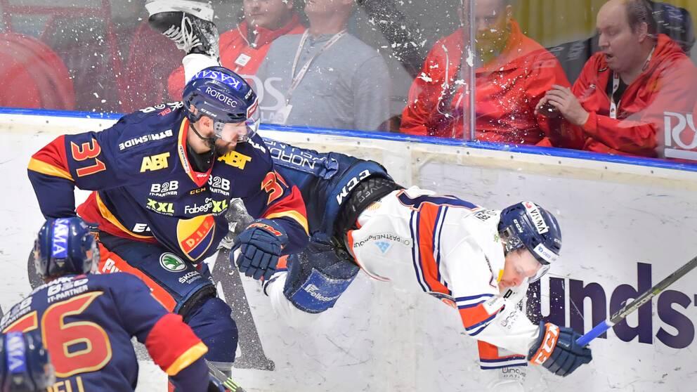 Djurgårdens Dick Axelsson mot Växjös Brendan Shinnimin under torsdagens ishockeymatch i SHL mellan Djurgården och Växjö på Hovet.