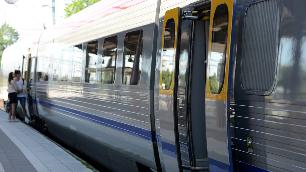 Tåg på station.
