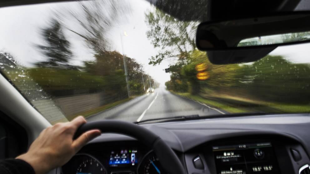 En bil kör fort på en väg.