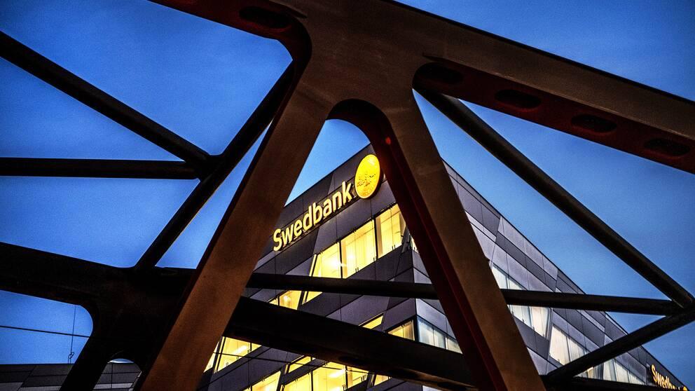 Swedbank vill att de kunder som lidit ekonomisk skada på grund av teknikstrulet ska höra av sig.