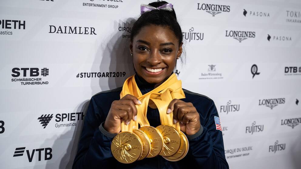 Simone Biles med sina fem guld från VM i fjol.