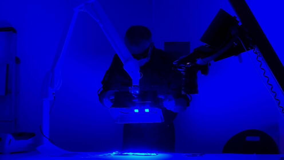 Forensikern Ulrik Lidström undersöker fingeravtryck med en så kallad crime light.