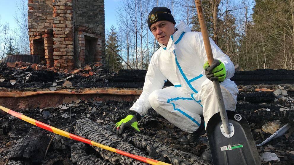 Ulrik Lidström undersöker brandresterna av ett fritidshus