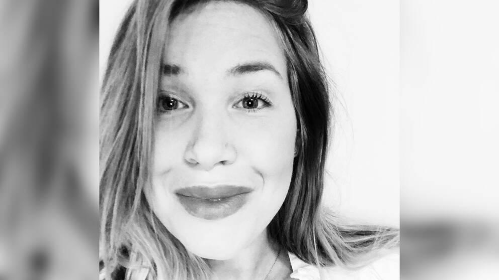 En svartvit bild på Sara Karlsson.