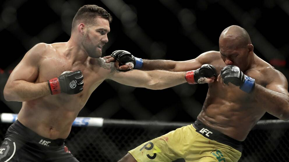 "Chris Weidman (vänster) träffar legendaren Ronaldo ""Jacare"" Souza under en match 2018."