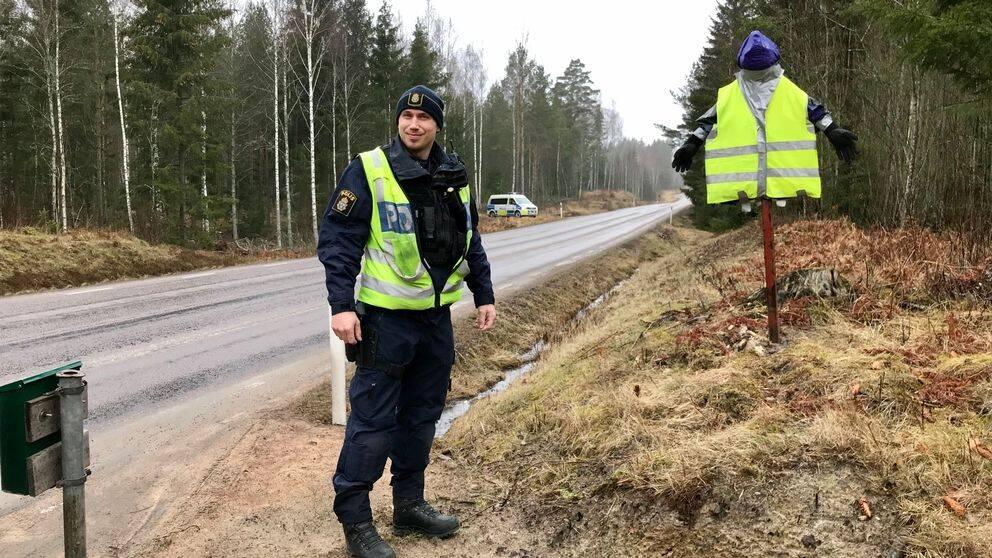 Trafikpolisen Mikael Blomberg vid ett hembyggt trafikmärke