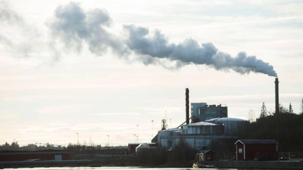 Rök ur skorstenen på en fabrik i Örnsköldsvik.