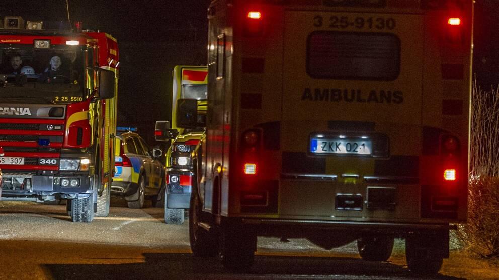 ambulanser och brandbil på en gata
