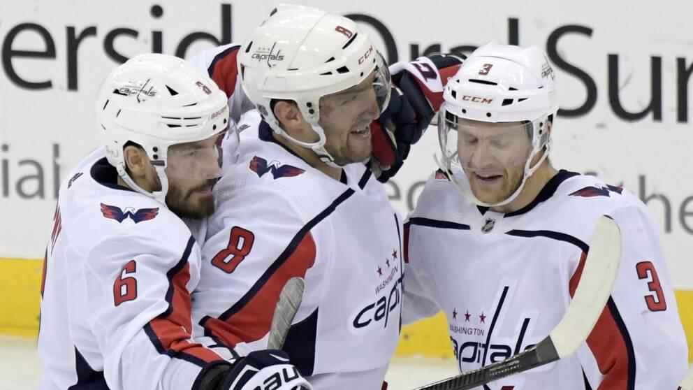 Michal Kempny (6) och Nick Jensen (3) var snabbt framme och firade med Alexander Ovetjkin efter dennes 700:e NHL-mål.
