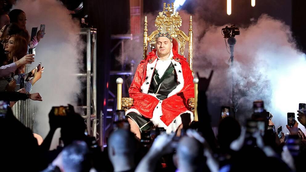 Tyson Fury bars in mot ringen på en kungatron.