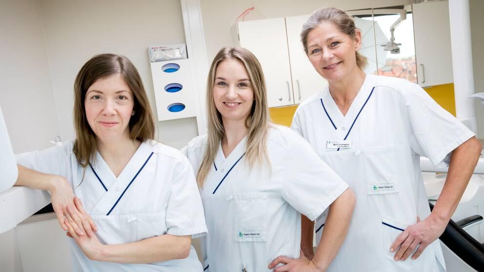 En bild med personal på kariesmottagningen i Örebro. Tandhygienist Karin Gren, tandsköterska Sofie Sjödin och övertandläkare Maria Holmgren.