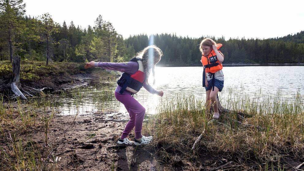 Två barn i naturen.