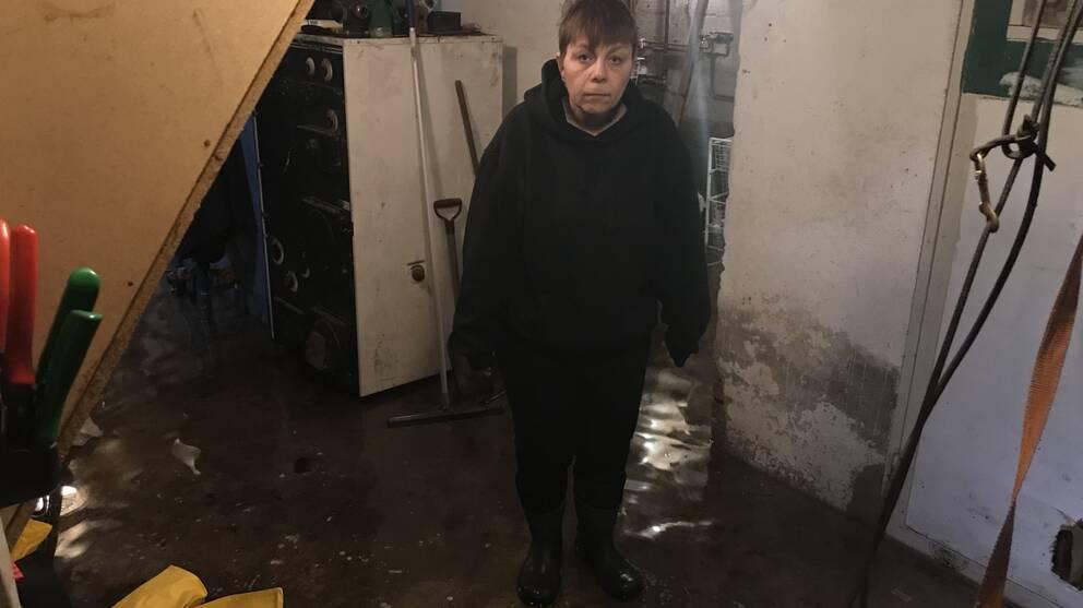 Susanne Pfeiffer i sin vattenfyllda källare i Knäred.