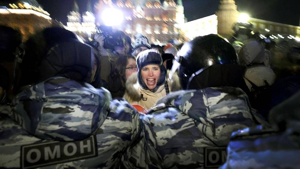 Polisen trycker tillbaka demonstranter nära Röda torget i Moskva.