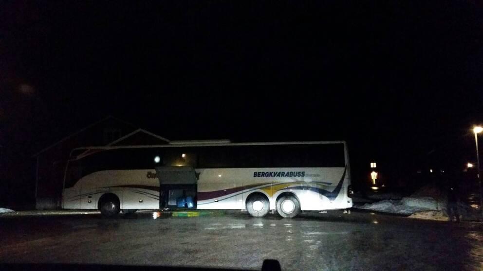 Bussen på plats vid förläggningen i Grytan utanför Östersund.