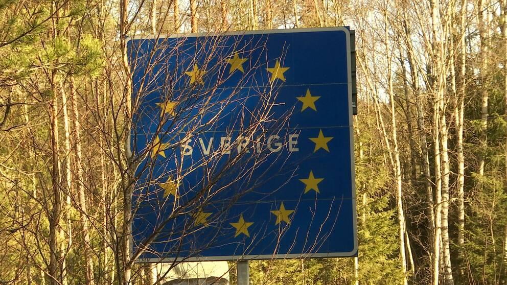 EU-Sverige-skylt med sly framför.