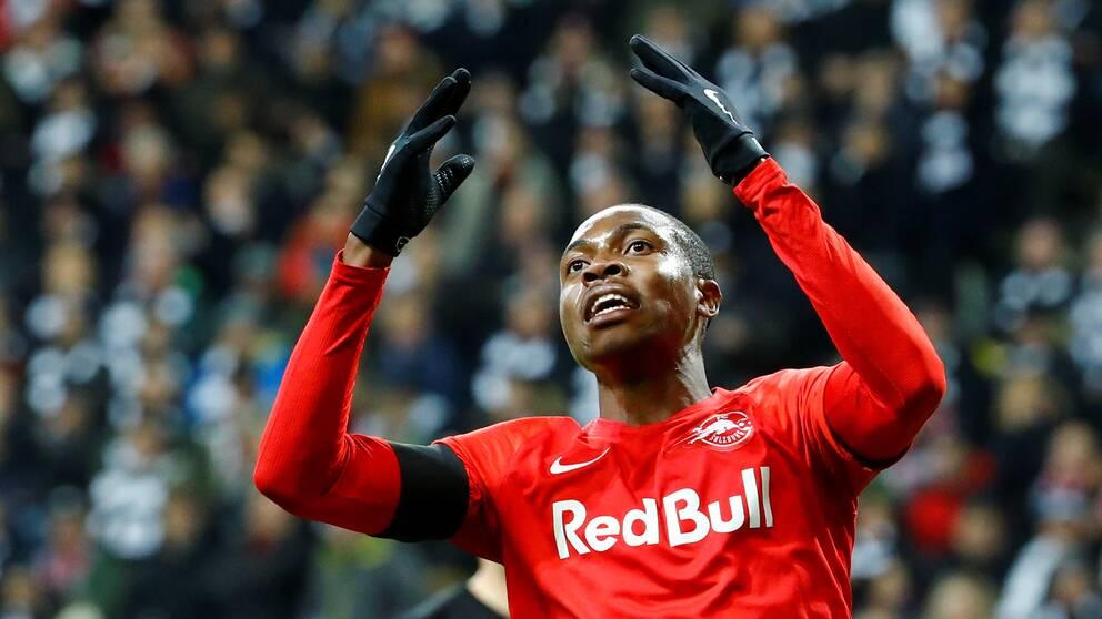 Såhär uppgiven blev nog Salzburgs Enock Mwepu när han fick nyheten att kvällens match är inställd.
