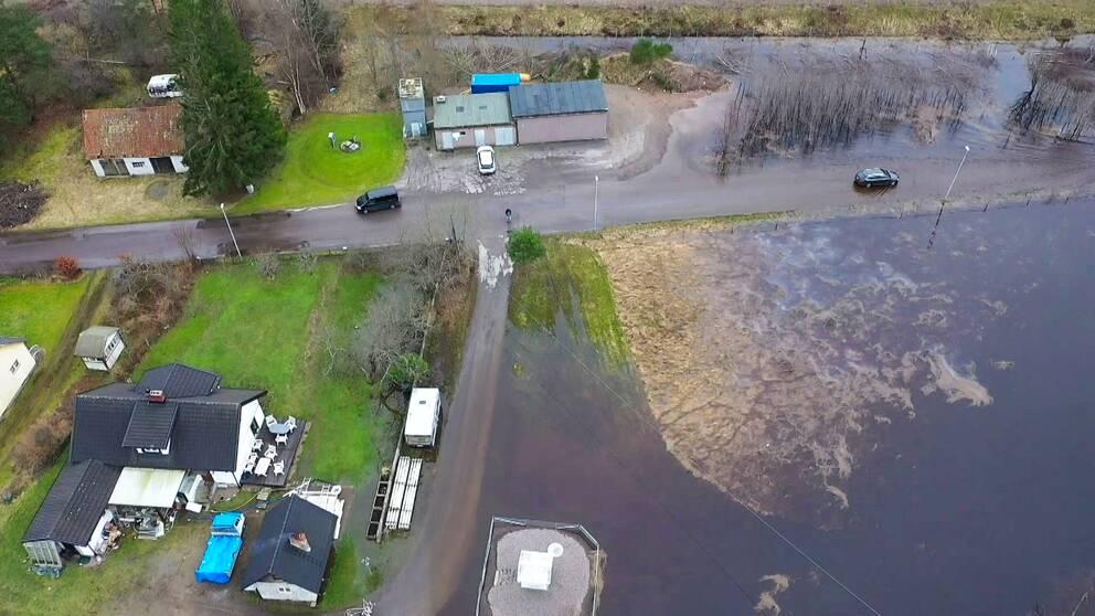 Översvämningar i Knäred från ovan. Lagan svämmar över i Halland, SMHI har utfärdat klass 3-varning.
