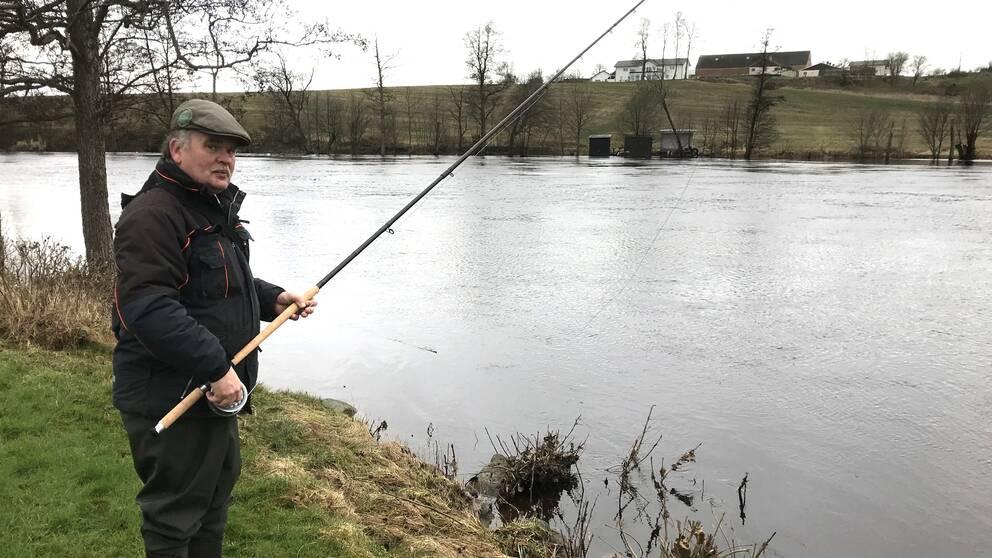 Michael Grevholm från Veinge har fiskat i Lagan sedan 70-talet. Han menar att vattennivån aldrig varit så hög som den är nu.