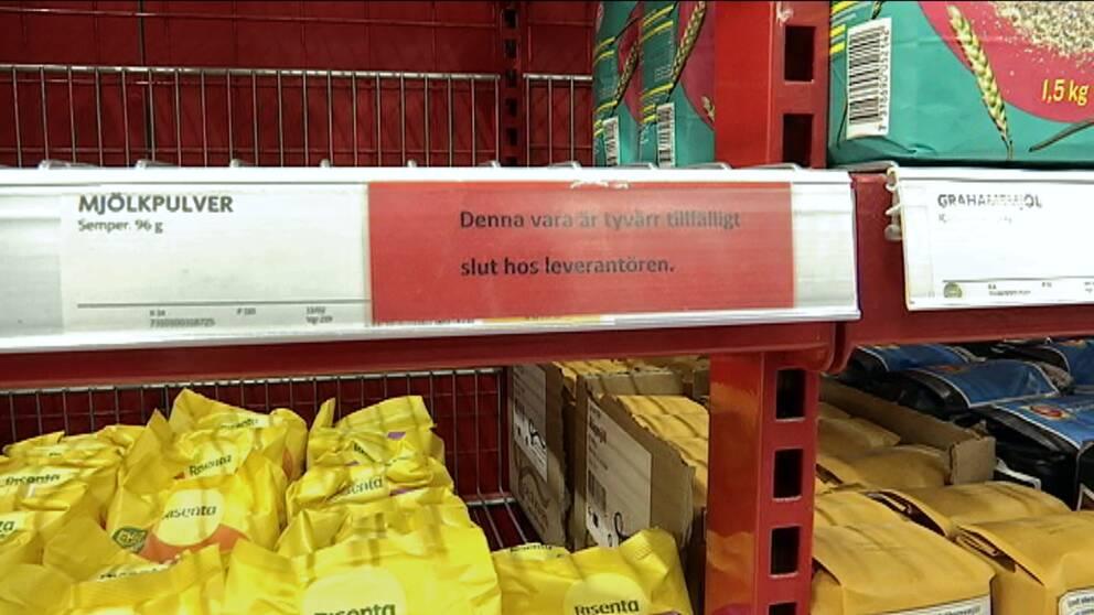 Bild på tom hylla – mjölpulvret är helt slutsålt hos Ica Maxi stormarknad i Gävle