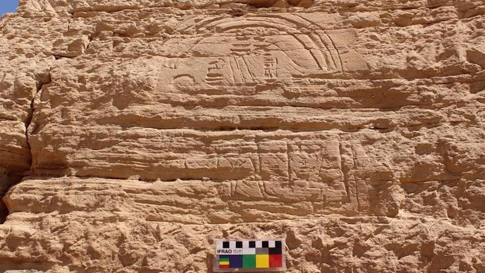 Det egyptiska högsta rådet har offentliggjort den här bilden som visar en av de två faraoniska gudar som upptäcktes av de svenska arkeologerna. Skulpturen är en av få tillgängliga som kombinerar de två gudarna Amen-Re och Thot.