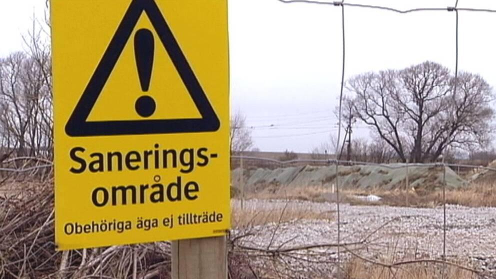 Gifttunnor nedgrävda av BT-Kemi hittades i Teckomatorp 1975, föroreningarna ligger fortfarande kvar.