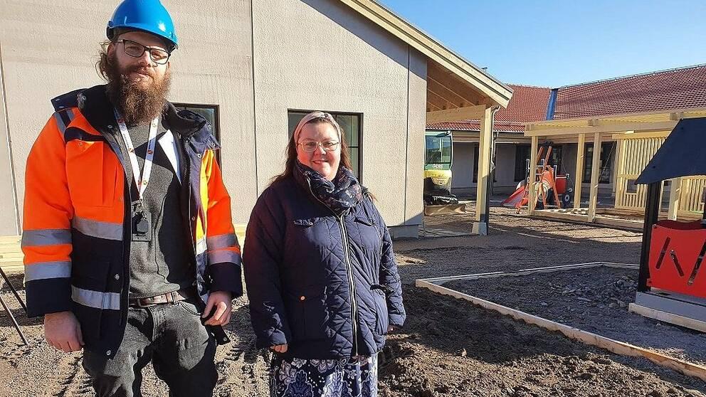 Kristoffer Gustafsson, kommunens projektledare för förskolebygget i Sörby och kommunalrådet Cecilia Burenby (S)