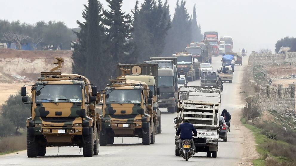 Bilden visar turkiska militärfordon i östra Idlib den 28 februari.