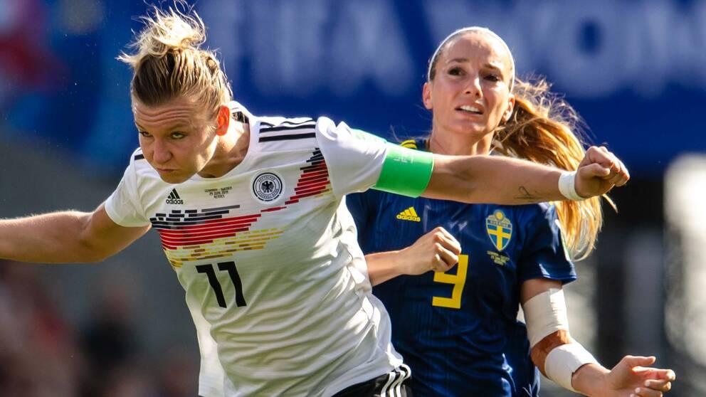 Alexandra Popp och Kosovare Asllani under VM-mötet i somras.
