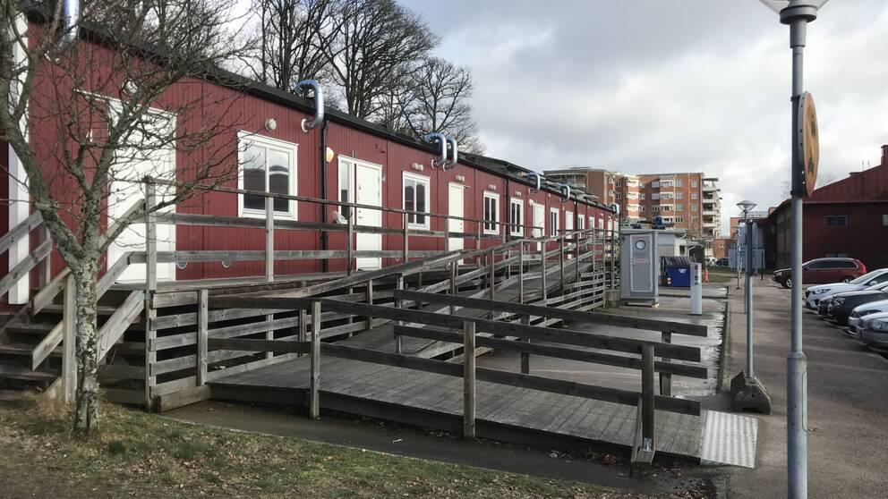 Sammanlagt fyra rum i de här paviljongerna vid sjukhuset i Halland är iordninggjorda för provatagning för corona-virus.