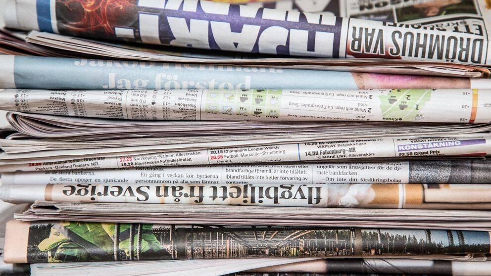 Tidningar på hög.