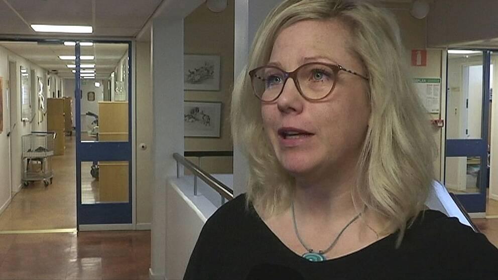 Bild på blond kvinna i glasögon