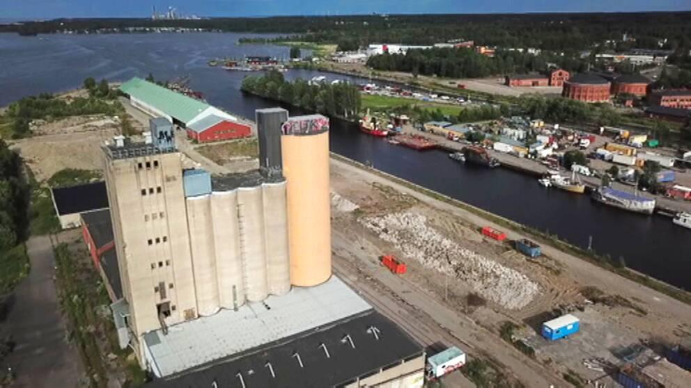 Landmärket på Alderholmen skulle fyllas med lägenheter. Nu ligger den gamla silon på Gävle Strand ute på exekutiv auktion på Kronofogden.