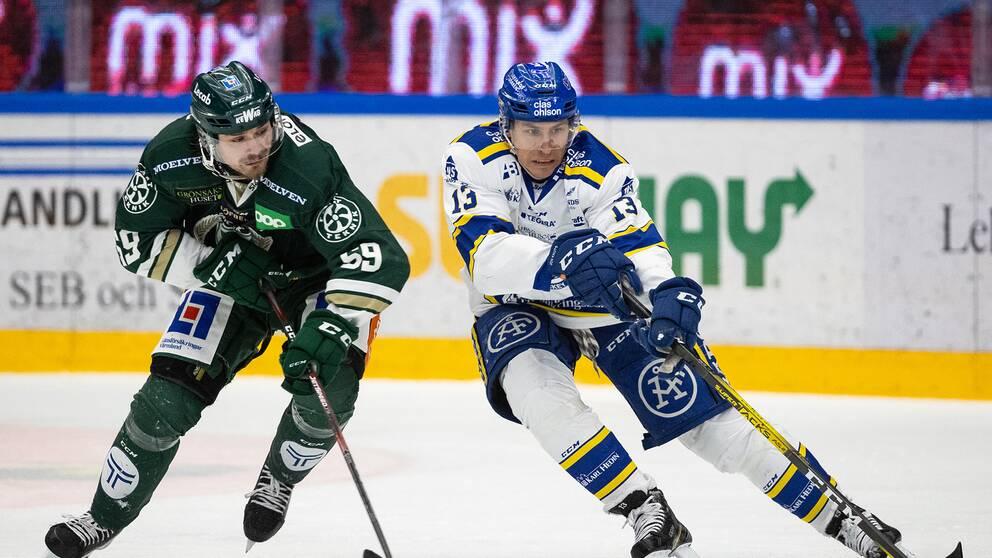 Färjestads Linus Johansson och Leksands Jon Knuts under ishockeymatchen i SHL mellan Leksand och Färjestad.