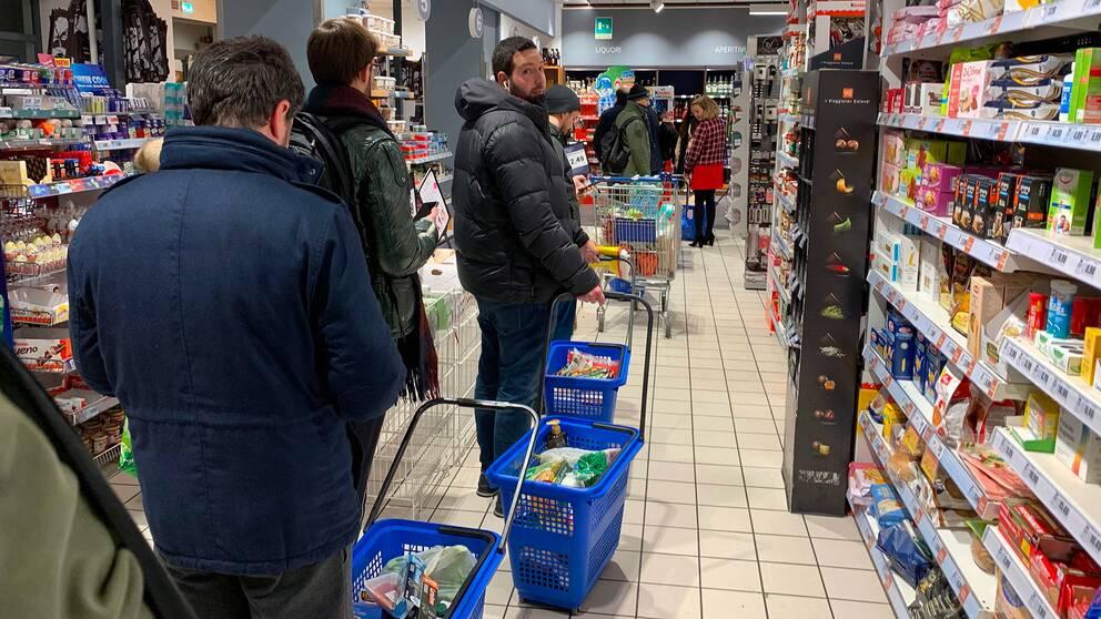 Italienare i Milano bunkrar mat