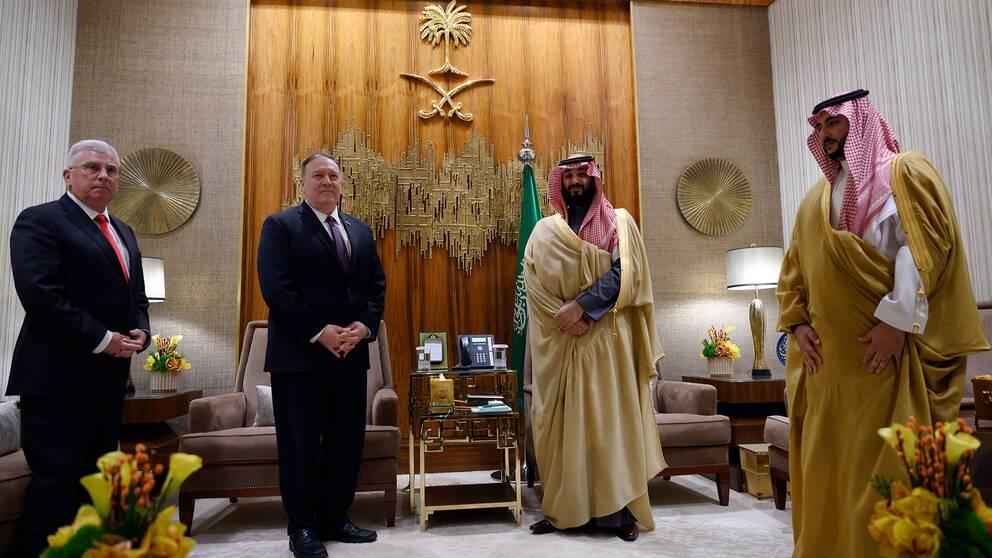 USA:s utrikesminister Mike Pompeo (andra vänster) möter Sauiarabiens kronprins Mohammed bin Salman och vice försvarsminister Khalid Bin Salman (höger) i huvudstaden Riyadh.